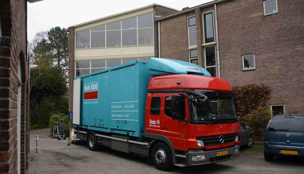 Verhuiswagens bij De Burcht