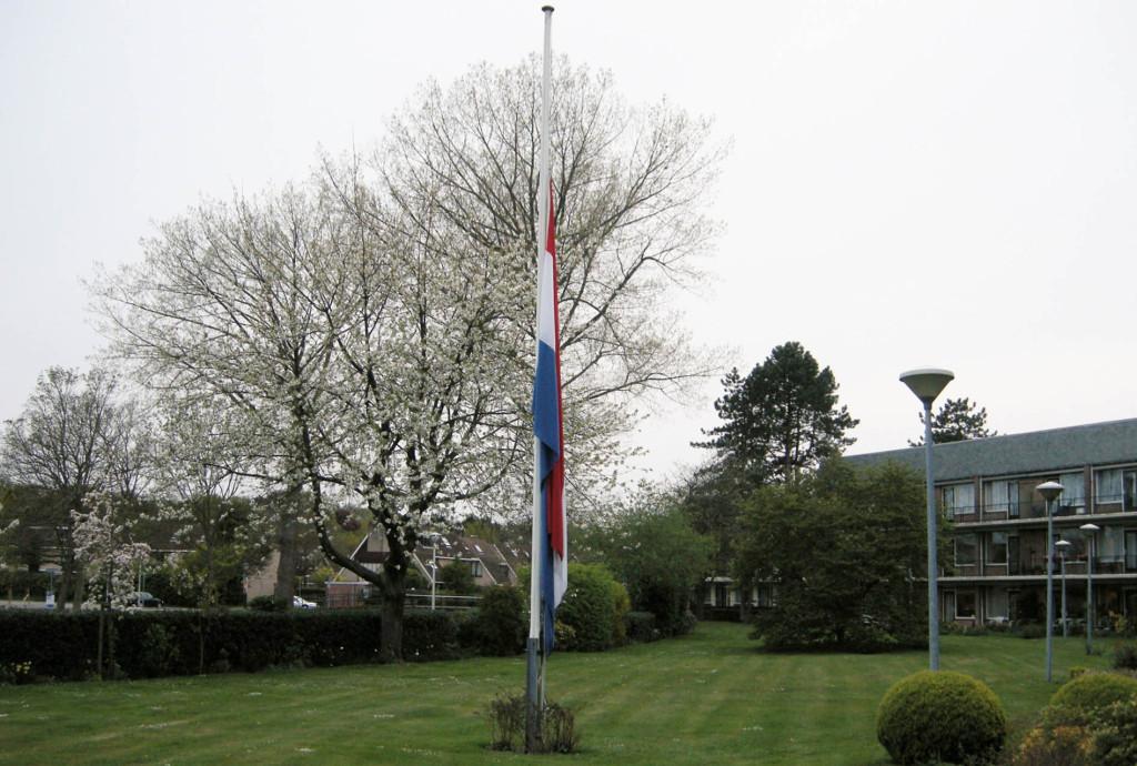 Onze vlag halfstok