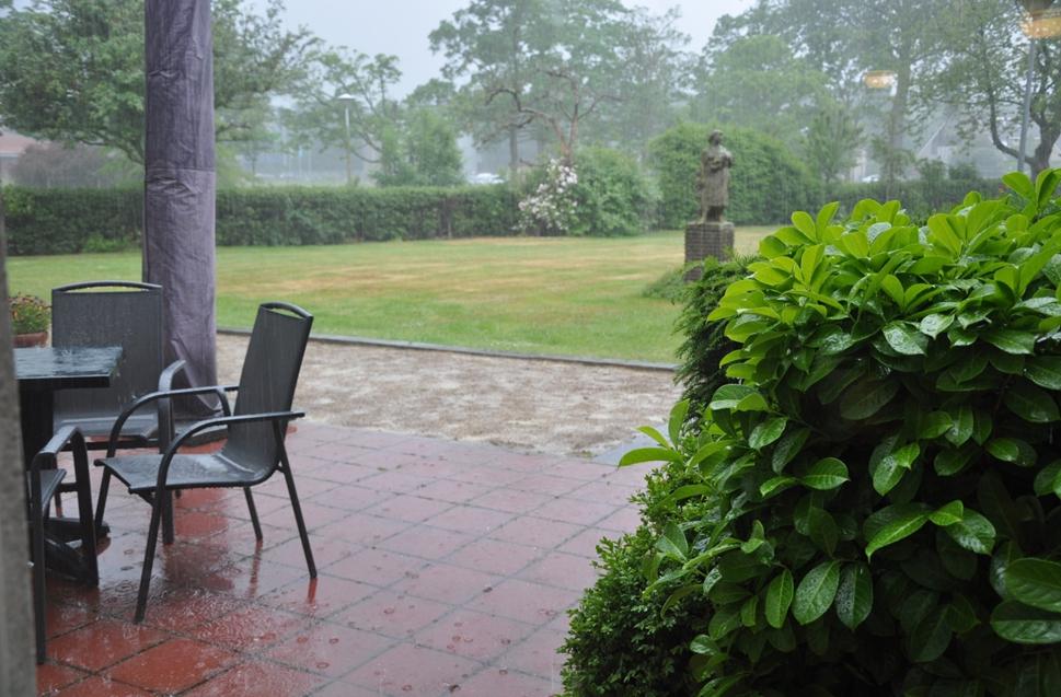 Veel water voor de hagen in de tuin van De Burcht
